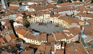 0037 002 300x176 Praça do Anfiteatro em Lucca